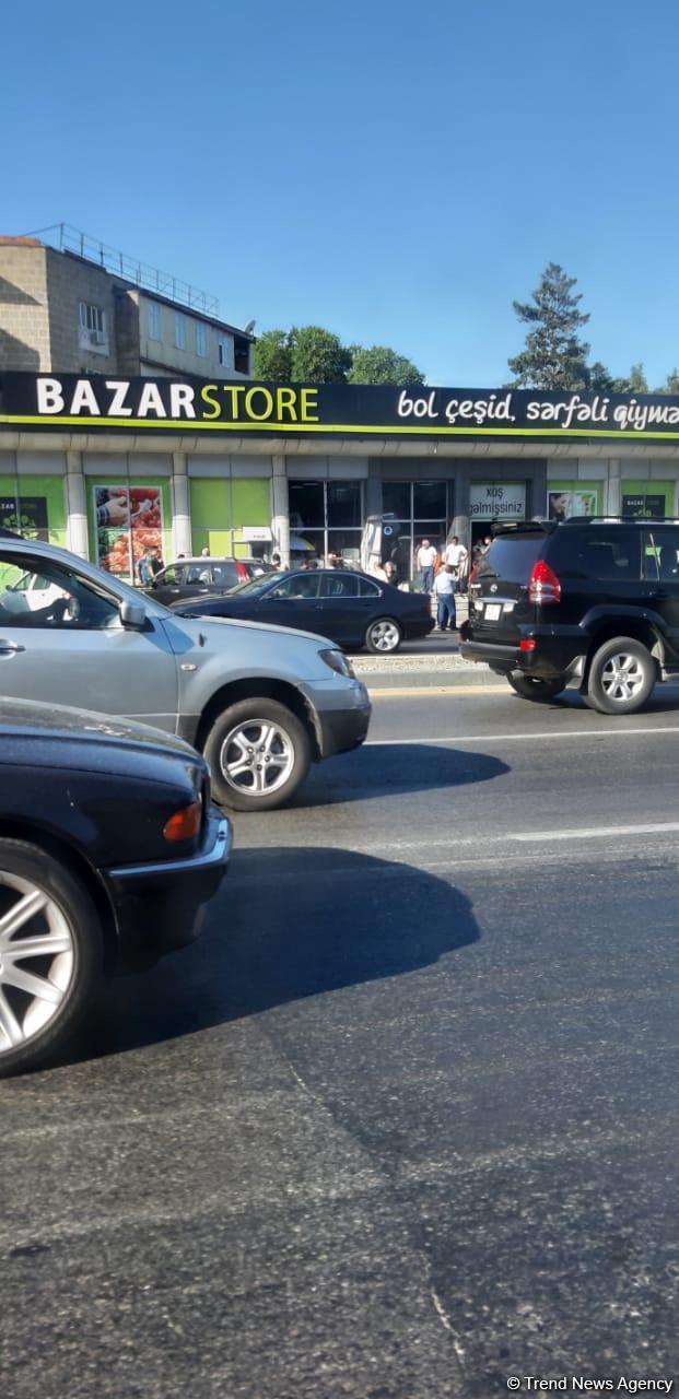 Zığ şosesində QƏZA - Avtomobil mağazaya çırpılaraq aşıb (FOTO)