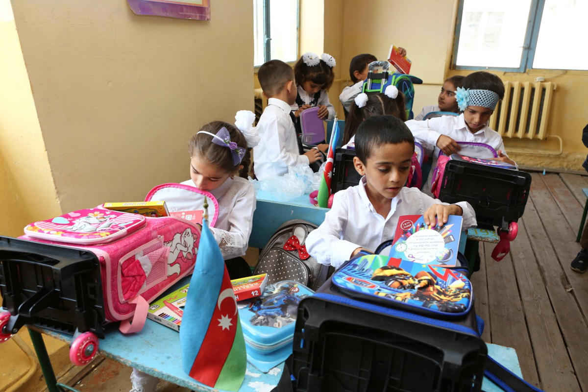 Nar makes surprise for schoolchildren on Knowledge Day (PHOTO)