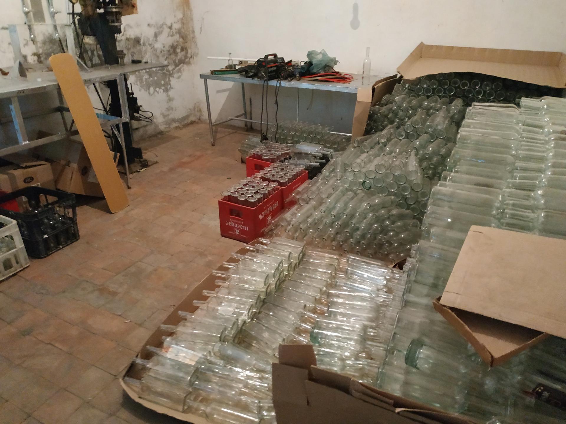 В Агстафе обнаружено предприятие по производству контрафактного алкоголя (ФОТО)