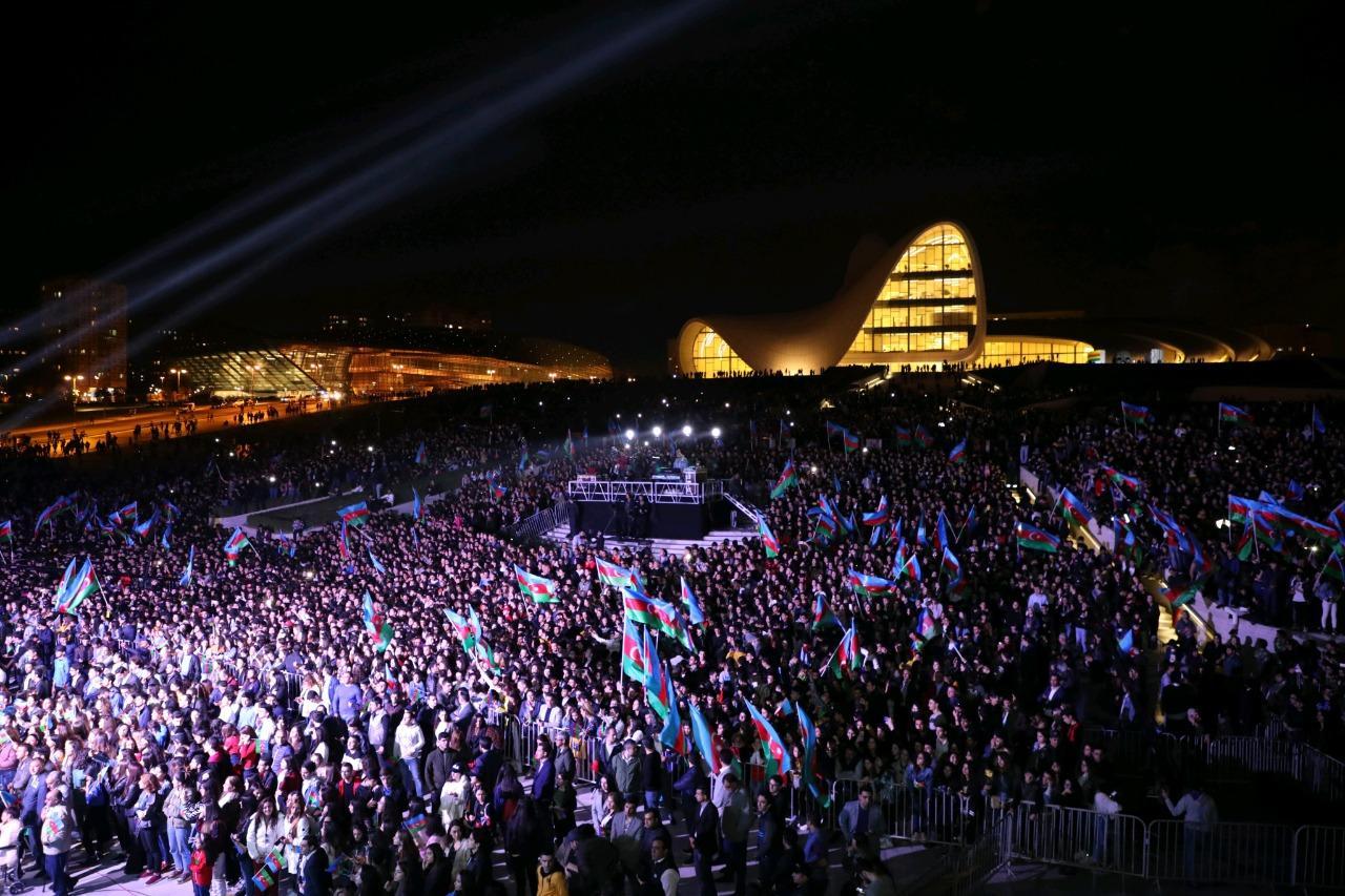 В честь государственной независимости Азербайджана на площади объединились десятки тысяч человек! (ФОТО/ВИДЕО)