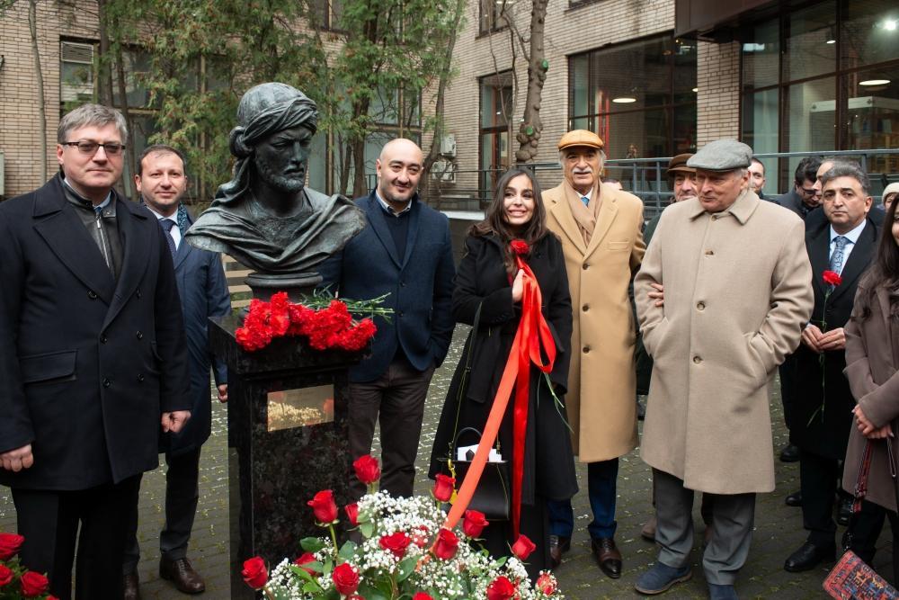 Heydər Əliyev Fondunun vitse-prezidenti Leyla Əliyeva Moskvada İmaməddin Nəsiminin heykəlinin açılışında iştirak edib (FOTO)