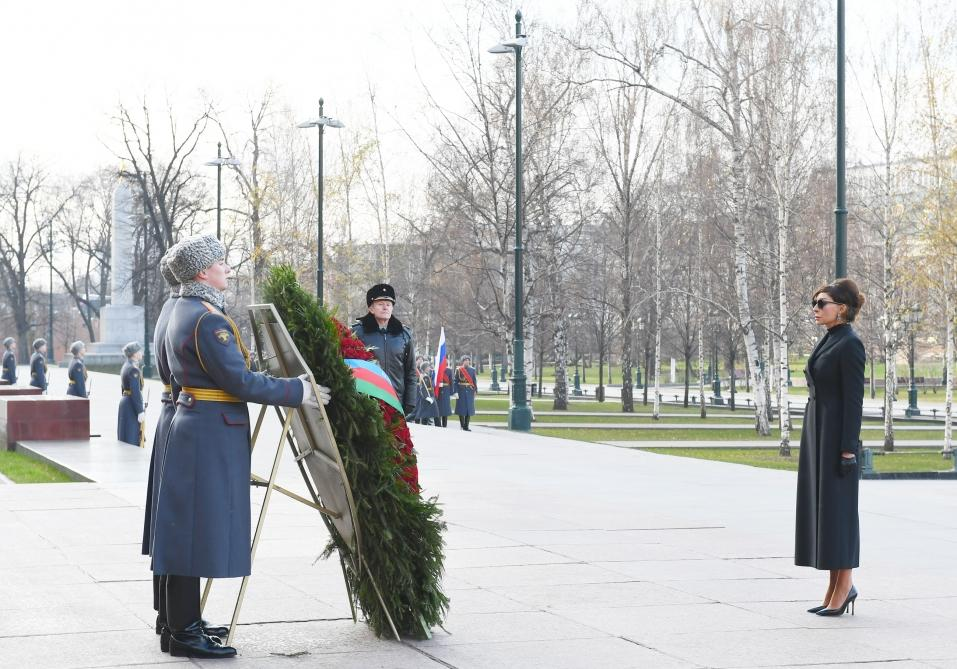 Azerbaijan's First VP Mehriban Aliyeva visits tomb of unknown soldier in Moscow (PHOTO)