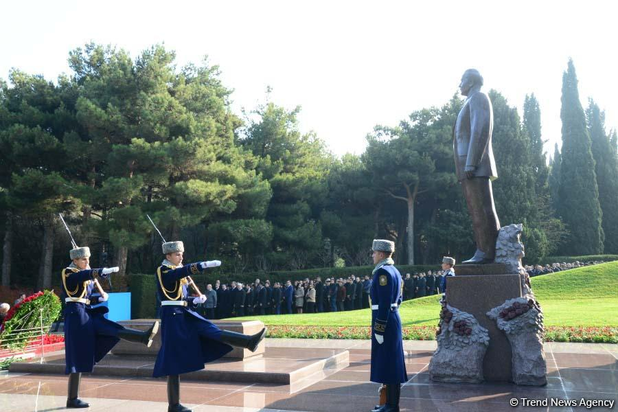 Azerbaijani public reveres memory of great leader Heydar Aliyev (PHOTO)